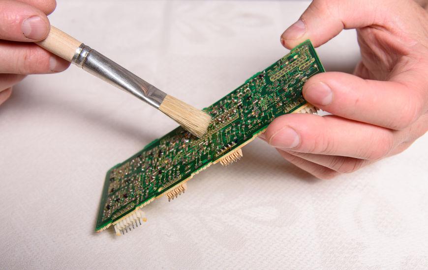 技术人员用手执行工业PCB清洁。